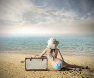 Menina na praia pronta para partir Imagem de Stock