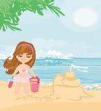 Menina na praia tropical que faz o castelo da areia Foto de Stock Royalty Free