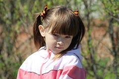 Menina na primavera na rua Fotos de Stock