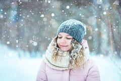 Menina na queda de neve das madeiras fotos de stock royalty free
