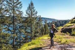 Menina na rocha da pedreira em Vancôver norte, BC, Canadá Imagem de Stock Royalty Free