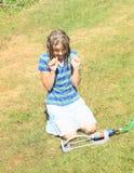 Menina na roupa azul que joga com sistema de extinção de incêndios Fotografia de Stock