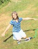 Menina na roupa azul que joga com sistema de extinção de incêndios Foto de Stock Royalty Free