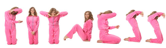 A menina na roupa cor-de-rosa do esporte representa a palavra APTIDÃO Fotografia de Stock