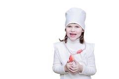 A menina na roupa do doutor que guarda um estetoscópio e um smil Fotos de Stock