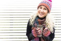 Menina na roupa do inverno e na bebida de aquecimento Fotografia de Stock