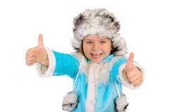A menina na roupa do inverno mostra a APROVAÇÃO do sinal Imagem de Stock Royalty Free