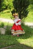 Menina na roupa popular tradicional do russo Imagem de Stock
