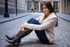 Menina na rua do Cobblestone Imagens de Stock Royalty Free