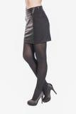 Menina na saia preta curto e nos saltos altos Pés fêmeas do close up imagens de stock