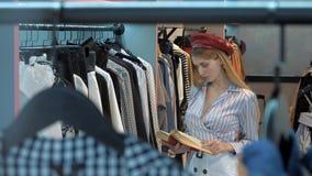 Menina na sala de exposições da loja de roupa vídeos de arquivo