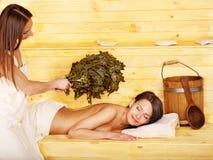Menina na sauna. imagem de stock