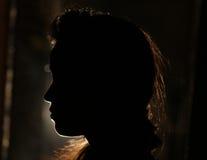 Menina na sombra escura foto de stock
