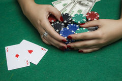 A menina na tabela do pôquer está guardando microplaquetas Imagem de Stock Royalty Free