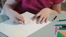 A menina na tabela tira em lápis coloridos video estoque