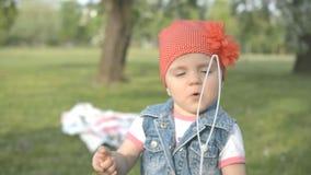 A menina na tentativa do parque faz a bolha de sabão vídeos de arquivo