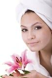 Menina na toalha na cabeça com flor à disposicão. Imagens de Stock Royalty Free