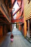 Menina na vila de Bryggen fotografia de stock