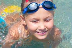 A menina nada no mar. Imagens de Stock Royalty Free