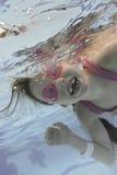 A menina nada sob a água 2 Fotografia de Stock Royalty Free