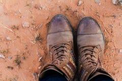 Menina nas botas que estão no deserto com areia vermelha Imagens de Stock Royalty Free