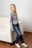 Menina nas calças de brim Imagens de Stock Royalty Free