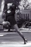 Menina nas calças de brim e nos carregadores foto de stock royalty free