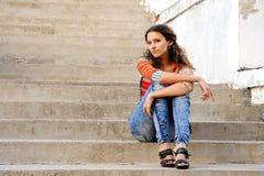 Menina nas escadas velhas Fotos de Stock