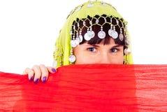 A menina nas espreitadelas orientais do vestido Fotos de Stock Royalty Free