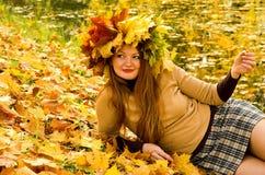 A menina nas folhas de plátano Foto de Stock Royalty Free