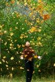 Menina nas folhas de queda imagem de stock