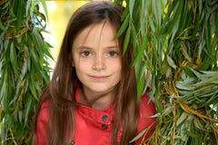 Menina nas folhas de um salgueiro chorando Fotografia de Stock Royalty Free