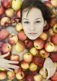 Menina nas maçãs fotografia de stock