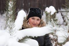 A menina nas madeiras fotografia de stock