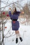 Menina nas madeiras com uma ma? Foto de Stock Royalty Free