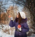 Menina nas madeiras com uma ma? Fotografia de Stock Royalty Free