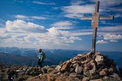 A menina nas montanhas e no Krusty ortodoxo Fotos de Stock Royalty Free