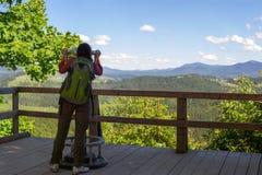 Menina nas montanhas foto de stock royalty free