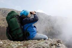Menina nas montanhas usando a binocular. Imagens de Stock Royalty Free