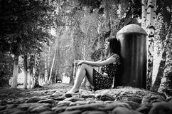 Menina nas rochas Fotografia de Stock Royalty Free