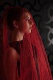 A menina nas sombras em uma sala escura iluminou a cara covere principal Imagens de Stock Royalty Free