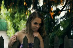 Menina natural bonita perto da cerca Imagens de Stock Royalty Free