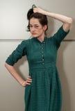 Menina natural com um vestido verde e uns pontos brancos Imagens de Stock