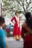 Menina nepalesa nova elegantemente vestida imagens de stock royalty free