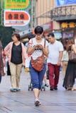 Menina Nerdy ocupada com telefone esperto, Shanghai, China Foto de Stock Royalty Free