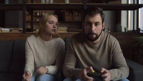 Menina nervosa que impede que seu noivo jogue jogos de vídeo filme