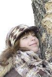 A menina nestled um mordente em um tronco de árvore Imagens de Stock