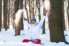 Menina nevado da floresta que joga na neve. imagens de stock