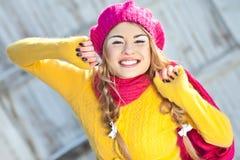 Menina no amarelo vestido queda Fotografia de Stock Royalty Free