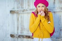 Menina no amarelo vestido queda Fotos de Stock